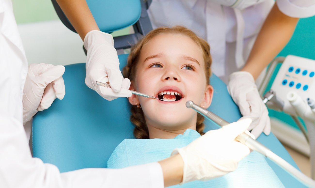 Лечение зубов девочке в стоматологической клинике