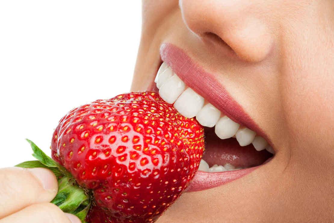фото девушки с улыбкой после эстетического лечения зубов в стоматологии Багита