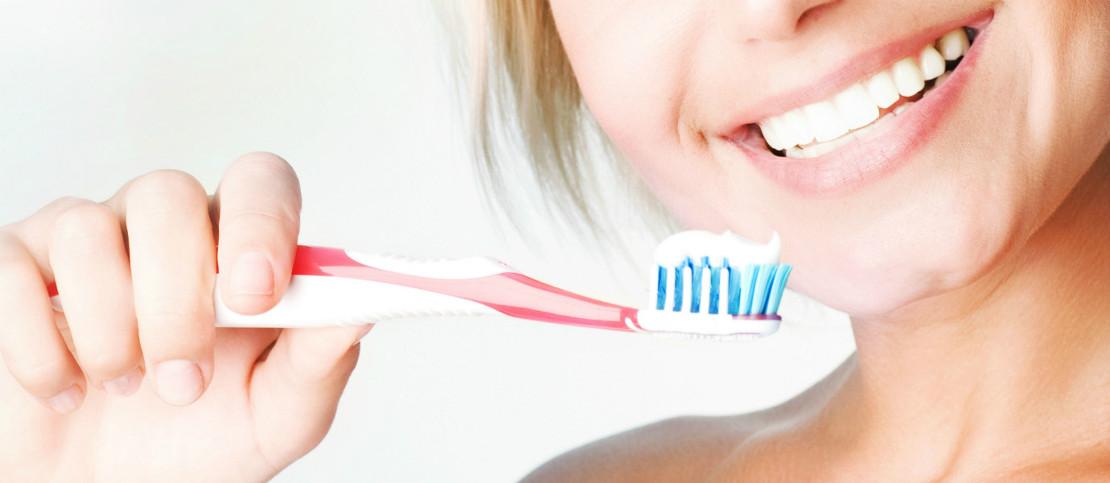 гигиена зубов и полости рта с помощью зубной щетки и пасты