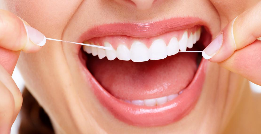 гигиена полости рта и зубов дома с помощью зубной нити