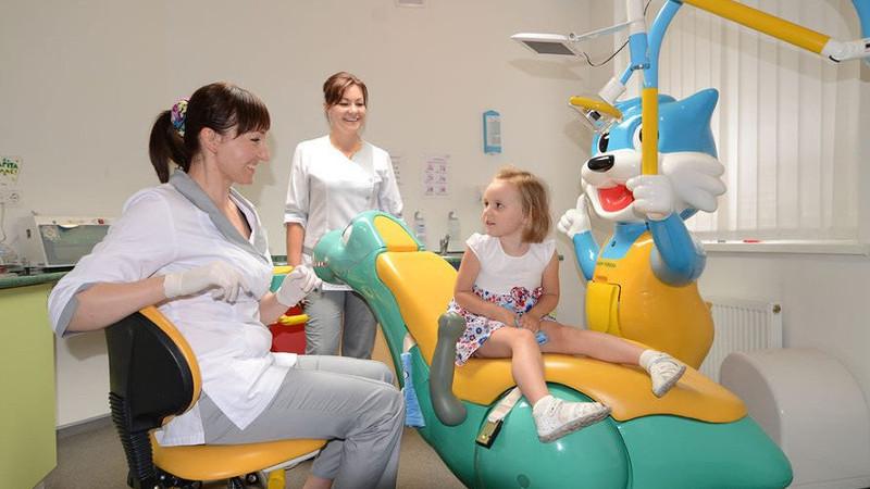 На фото лечение зубов ребенку в детском стоматологическом кабинете в стоматологической клинике Багита в Черкассах