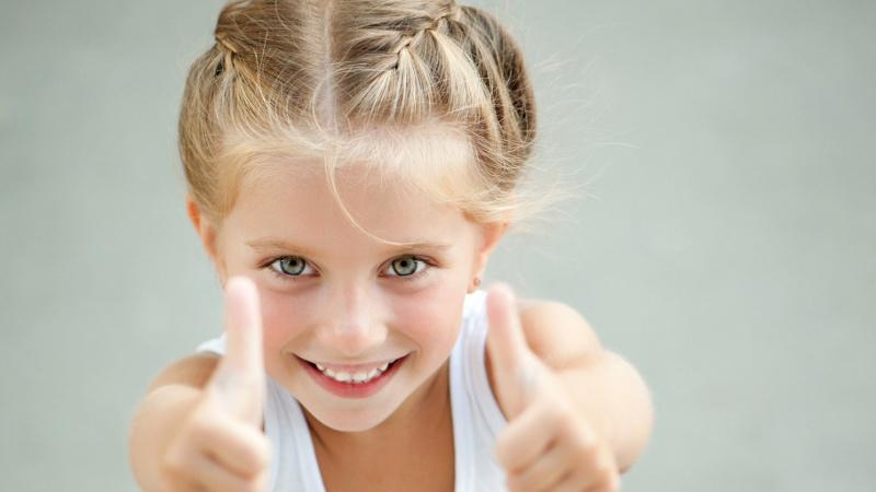 на фото девочка с улібкой после лечения зубов в стоматологической клинике Багита в Черкассах