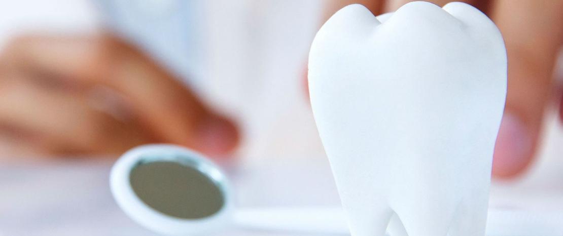 на фото зуб и стоматологический инструмент для лечения пародонтита в стоматологии Багита