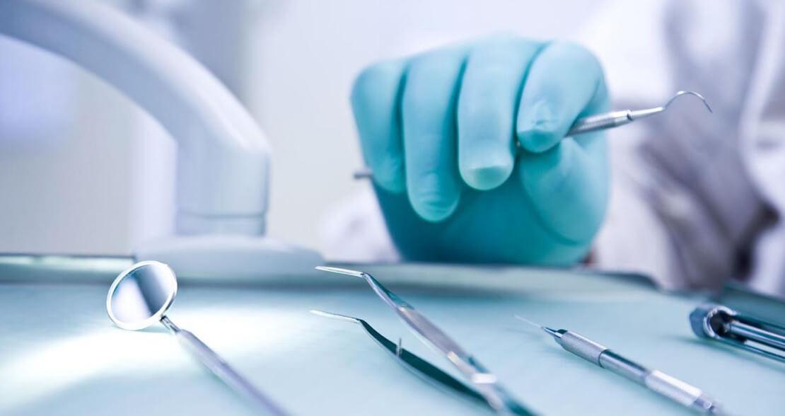 на фото хирургический инструмент для стоматологического лечения и удаления зубов