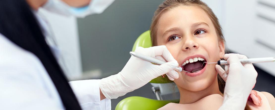 на фото девочка лечит зубы в стоматолога ортодонта в клинике Багита
