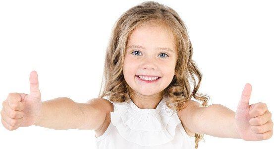 фото улыбающейся девочки после лечения зубов в клинике Багита