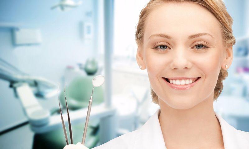 фото стоматолога с инструментом