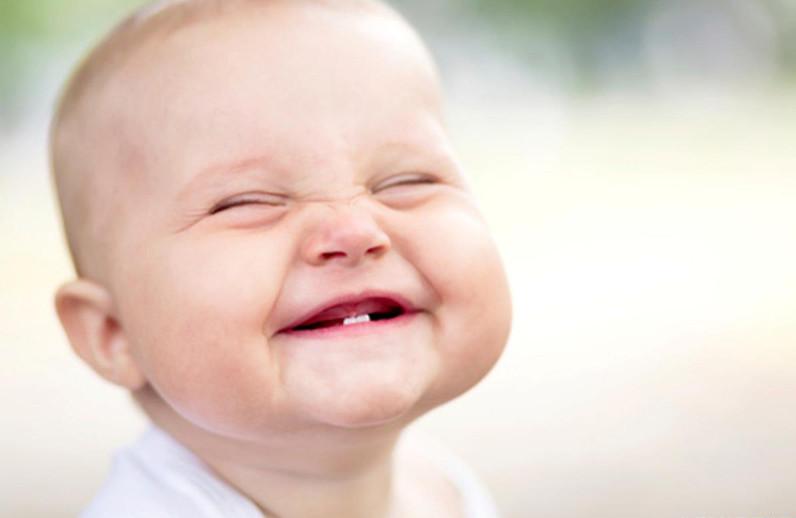 фото ребенка с одним зубом