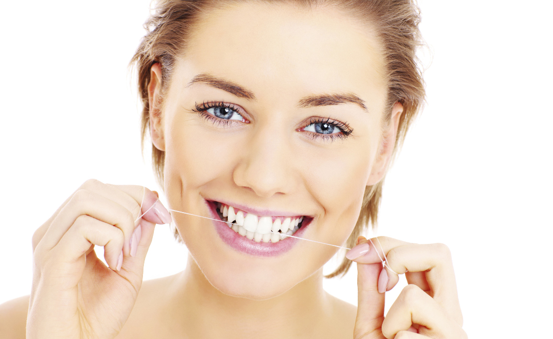 фото девушки с зубной нитью для гигиены зубов после установки пломбы в клинике Багита в Черкассах